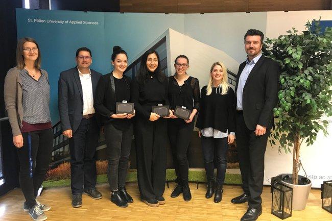 Das Gewinnerteam aus dem Praxislabor Eventmanagement zusammen mit der Jury.