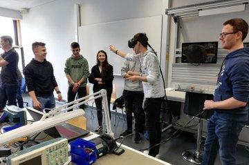 AR-/VR-Anwendungen selbst testen, das konnten HTL-SchülerInnen bei ihrem Besuch an der FH St. Pölten