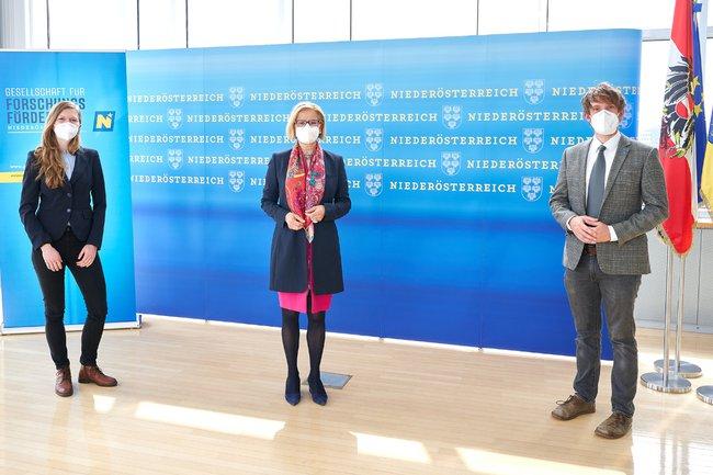 Claudia Gusenbauer (BOKU), Landeshauptfrau Johanna Mikl-Leitner und Brian Horsak (FH St. Pölten)
