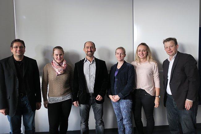 Studentinnen der Media- und Kommunikationsberatung zusammen mit Studiengangsleiter Helmut Kammerzelt (links außen), Gastredner Marcus Wild (mittig) und Dozent Markus Eiselsberg (rechts außen)