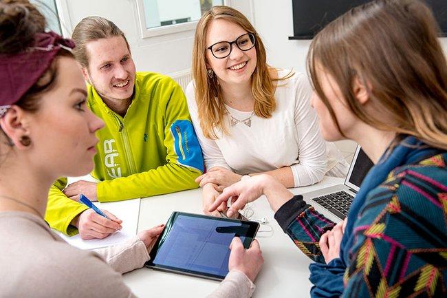 Eine Gruppe Studierender bei der Ausarbeitung eines Projektes