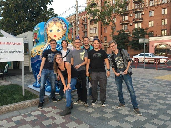 Die Teammitglieder bei der Schnitzeljagd durch Samara