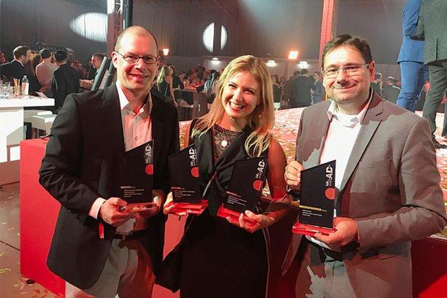 Harald Wimmer (Studiengangsleiter Master Media- und Kommunikationsberatung), Absolventin und Gewinnerin Katharina Merkle und Helmut Kammerzelt (Studiengangsleiter Bachelor Media- und Kommunikationsberatung)