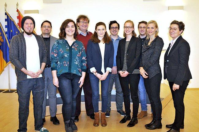 Fördervereins-Obmann Helmut Kammerzelt (2.v.l.), Vizebürgermeister Franz Gunacker und FH Geschäftsführerin Gabriela Fernandes (re. außen) mit einem Teil der Stipendiatinnen und Stipendiaten