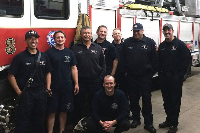 Florian Zahorka (kniend) mit Feuerwehrleuten in Colrado Springs