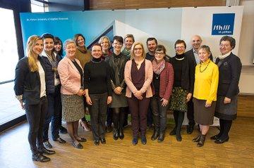 VertreterInnen des IMPECD Teams an der FH St. Pölten mit Sabine Müller (OeAD; 3.v.l.); Jürgen Pripfl (Leiter Institut für Gesundheitswissenschaften; 3. v.r.), Monika Vyslouzil (Leiterin des FH-Kollegiums, 2.v.r.) und Gabriela Fernandes (Geschäftsführerin FH St. Pölten, 1.v.r.);