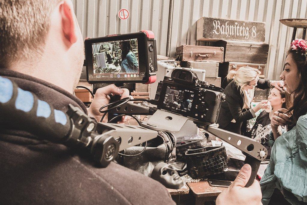 Ein Fotograf am Set