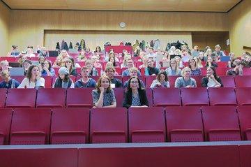 Gastvortragende Claudia Garád (2. Reihe links) und Lehrveranstaltungsleiterin Astrid Ebner-Zarl (2. Reihe rechts) zusammen mit den Studierenden der Media- und Kommunikationsberatung.