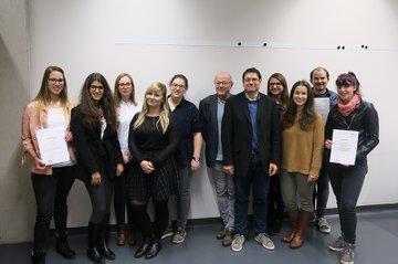 """""""Junior Projektmanager"""" aus den Studiengängen Media- und Kommunikationsberatung und Medienmanagement zusammen mit den Studiengangsleitern Helmut Kammerzelt und Ewald Volk."""
