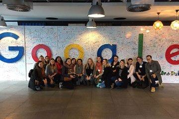 Die Studierenden tauchen in die Welt von Google ein.