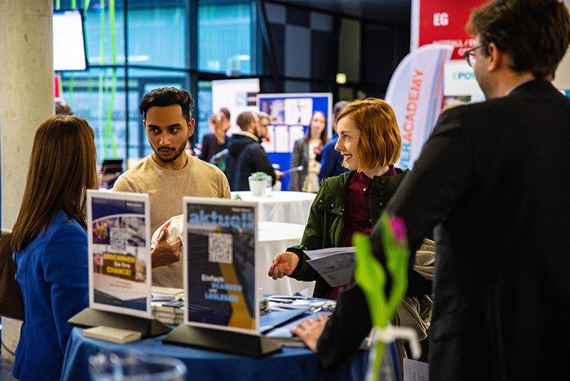 Die Firmen-Messe der Bahnindustrie bietet Studierenden und Absolvent*innen die Möglichkeit zum Austausch mit Unternehmen.