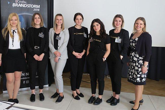 Die zwei Studierenden-Teams der FH St. Pölten zusammen mit Dozentin Carina Havlicek (rechts außen).