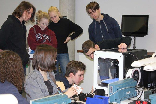 Die interessierten SchülerInnen beim Ausprobieren des 3D-Druckers