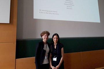 Johanna Grüblbauer und Leyla Dogruel vor der Präsentation des Papers