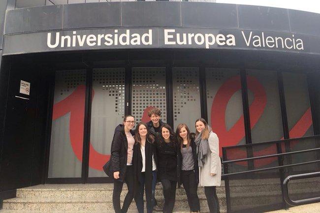 Die teilnehmenden Studentinnen des Bachelorstudiums Media- und Kommunikationsberatung zusammen mit Dozentin Johanna Grüblbauer.
