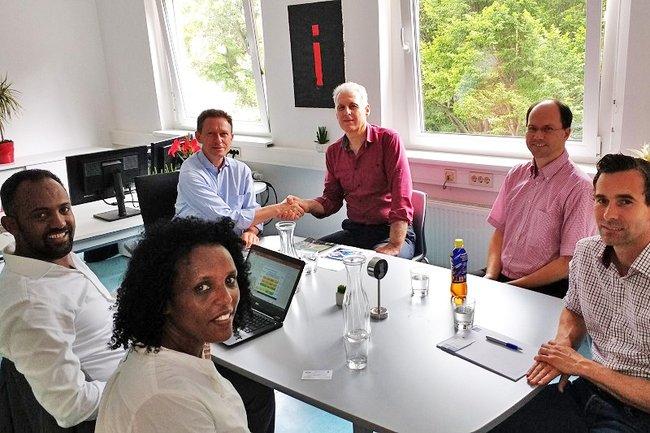 Prof. Kassa (ganz links) und Prof. Georgiev (Mitte) im Kreis des Departmentteams