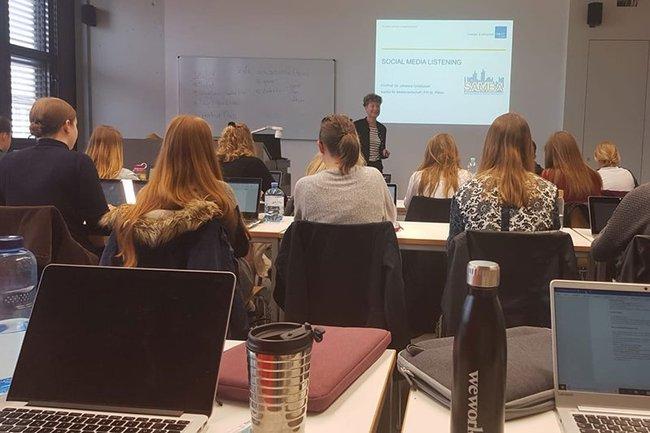 Johanna Grüblbauer bei ihrem Vortrag an der FHWS über Social Media Listening.