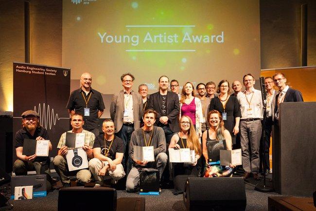Jury und SiegerInnen des Young Artist Awards in Hamburg