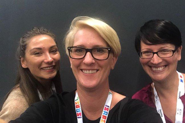 Nicola Dietrich (Mitte), Head of Content Strategy bei styria digital one, zusammen mit den beiden Studentinnen.