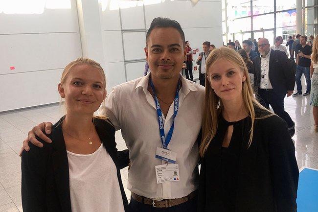 Die beiden Studentinnen zusammen mit Nikos Acuña, Chief Visionary von Sizmek.