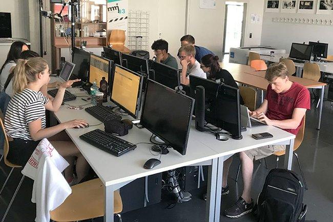 Die Medienmanagement-Studierenden beim Journalismus-Workshop mit DOSSIER im Rahmen des Freifachs Investigativer Journalismus.