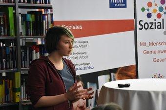 Beate Haberhofer präsentiert Forschungsergebnisse zu wohnungslosen Frauen