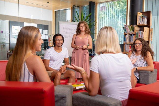 Die Studierenden können auch im Kamingespräch Werbung miteinander von Expertinnen und Experten aus der Branche lernen.