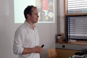 Matthias Fuchs, Marketing Manager Weber-Stephen Österreich, erteilt das Briefing.
