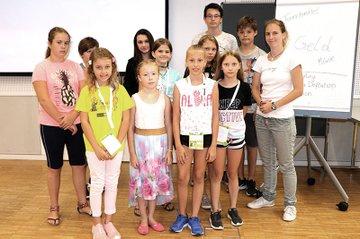 Workshopleiterin Tatjana Aubram mit den Teilnehmerinnen und Teilnehmern der Kinder Business Week