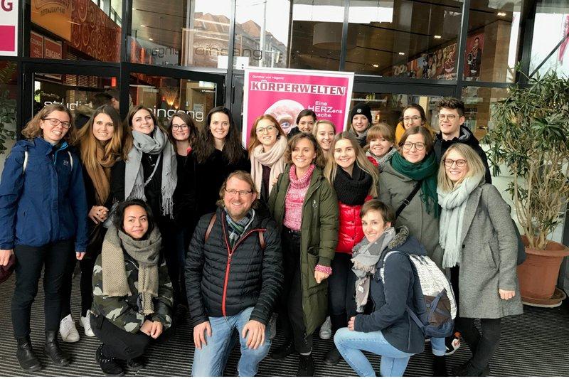 Besucher*innen der Ausstellung mit Hans Christian Bankl