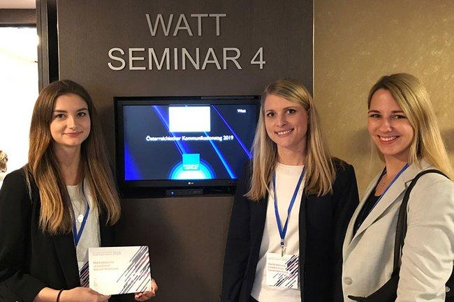 Clara Kaindel (1. von links) und Isabella Schulner (2. von links) sind beide Absolventinnen des Bachelorstudiums Media- und Kommunikationsberatung und waren aktiv beim Kommunikationstag 2019 dabei.