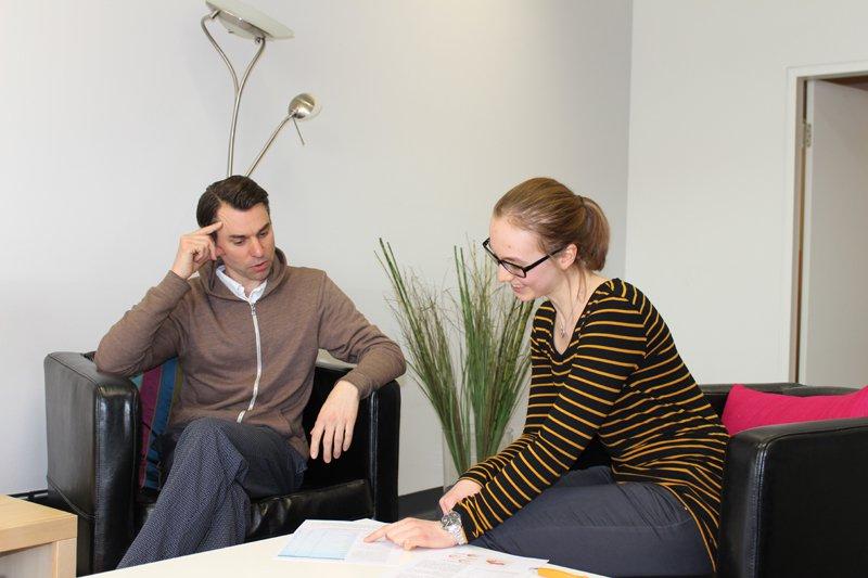 Samuel Kübler während eines Beratungsgesprächs mit einer Studentin