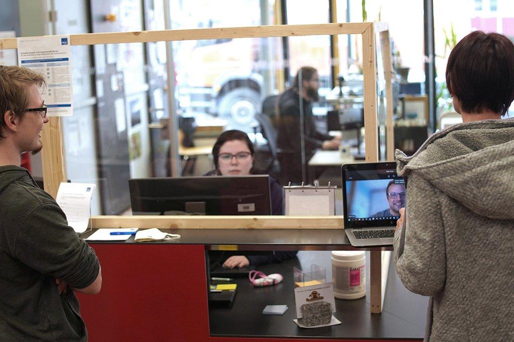 Studierende der FH St. Pölten stehen am Tresen in der Bibliothek