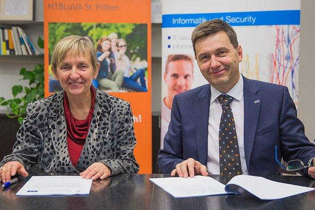 FH-Kollegiumsleiterin Monika Vyslouzil und HTL-Direktor Martin Pfeffel unterzeichneten den Kooperationsvertrag.