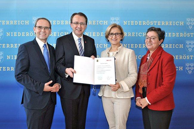 FH-Geschäftsführer Gernot Kohl, Bürgermeister Matthias Stadler, Landeshauptfrau Johanna Mikl-Leitner und FH-Geschäftsführerin Gabriela Fernandes
