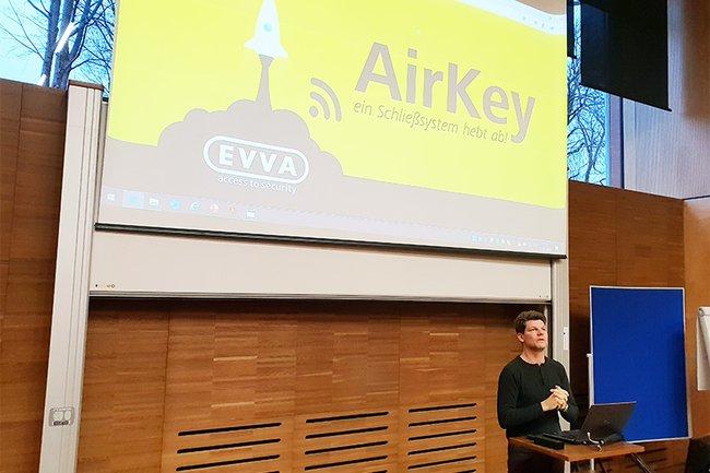 Martin Kernthaler, Vice President Marketing and Communications bei EVVA Sicherheitstechnologie bei seinem Gastvortrag an der FH St. Pölten
