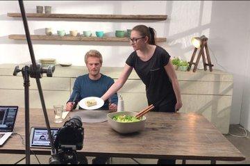 Medienmanagement-Absolventin Nina Mahringer bei einem Dreh
