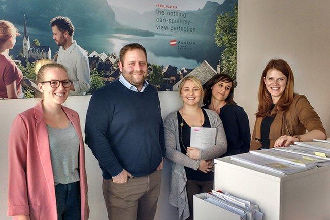Stefanie Stanek, Absolventin Media- und Kommunikationsberatung, zusammen mit ihrem Team bei der Österreich Werbung