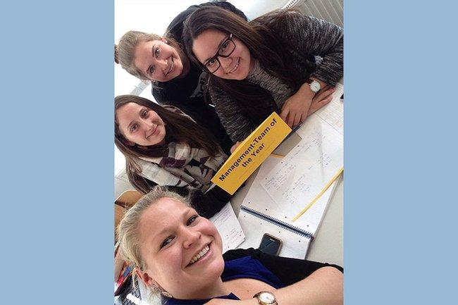 In diesem Jahr konnten Michaela Mandl und Astrid Schipfer (beide Bacherlor Studiengang Media- und Kommunikationsberatung) gemeinsam mit Magdalena Mairhofer und Carina Hummel aus dem Master Studiengang Media Management das Planspiel Unternehmensführung für sich entscheiden.