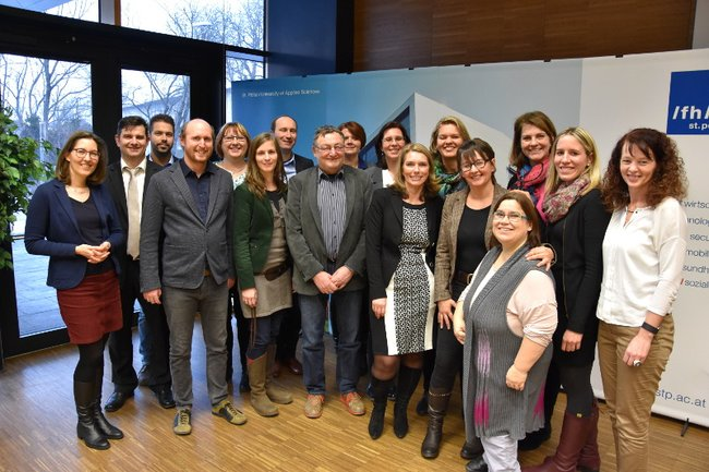 FH-Professor Peter Pantuček-Eisenbacher mit den AbsolventInnen der Lehrgänge Management im Sozialwesen