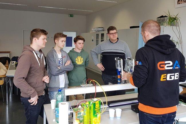 Der Cocktailroboter im Einsatz vor Geberit-Lehrlingen