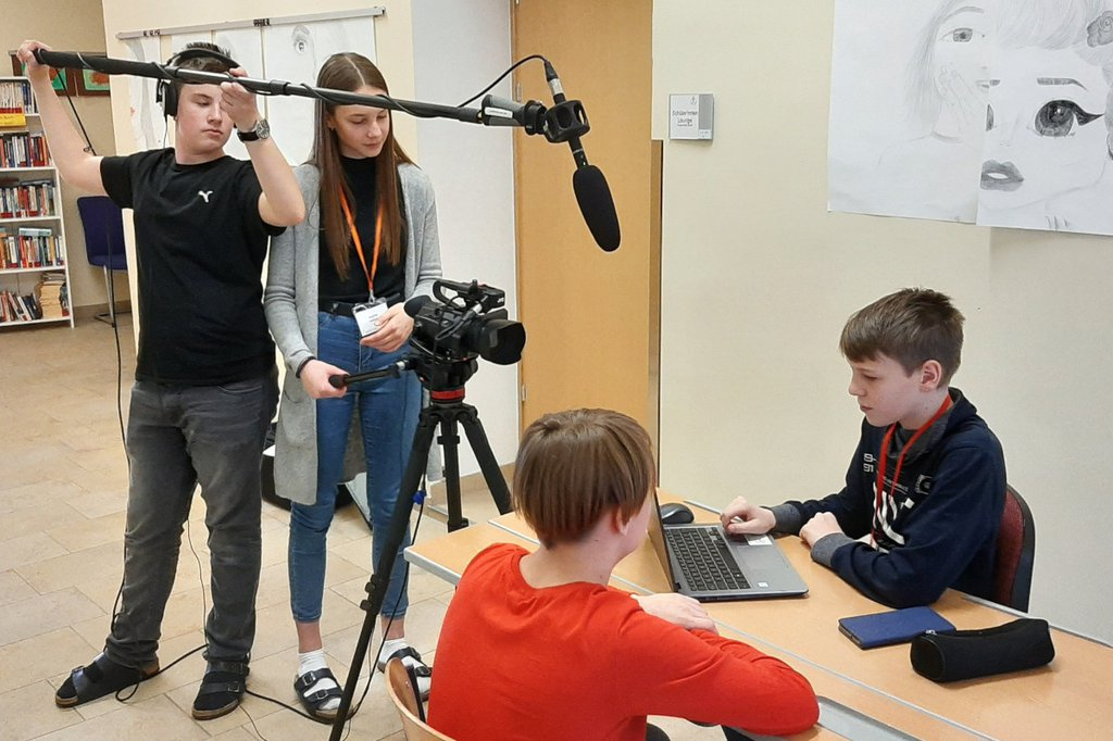 Die Schüler*innen bei den Arbeiten zum Projekt