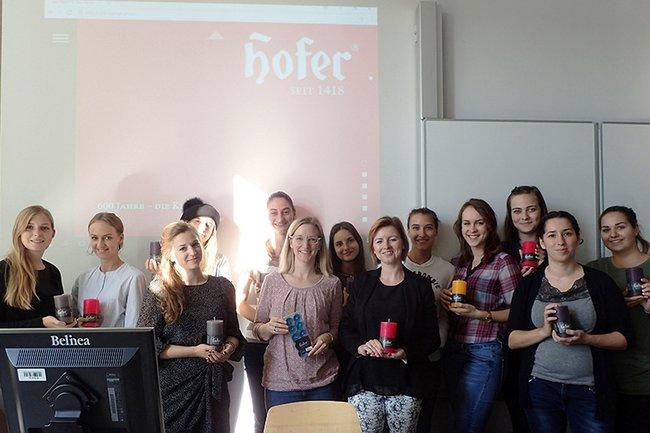 Die Studierenden-Gruppe zusammen mit Auftraggeberin Barbara Felber