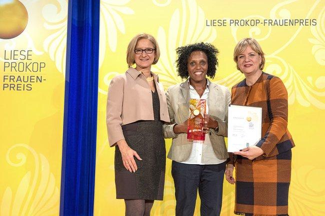 """Landeshauptfrau Johanna Mikl-Leitner (links) und Frauen-Landesrätin Barbara Schwarz (rechts) gratulierten Hirut Grossberger (Mitte) zum Liese Prokop-Frauenpreis in der Kategorie """"Wissenschaft und Technologie""""."""