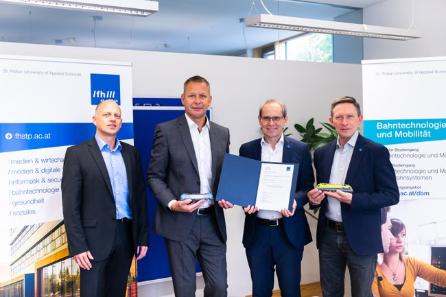Mag. Harald Zoister (LogServ), Ing. Markus Schinko (GF LogServ), Dipl.-Ing. Gernot Kohl, MSc (GF FH St. Pölten), FH-Prof. Dipl.-Ing. Otfried Knoll, EURAIL-Ing. (Leiter Department Bahntechnologie und Mobilität, FH St. Pölten) (v.l.n.r).