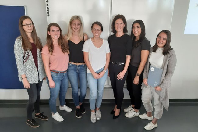 Bettina Wögerer mit Studierenden
