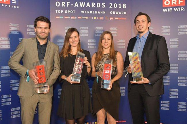 Die Absolventinnen der Media- und Kommunikationsberatung Manuela Brugger (Zweite von links) und Elisabeth Geißegger (Dritte von links) zusammen mit weiteren Preisträgern der ORF-Awards 2018.