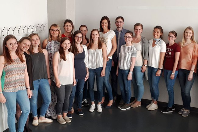 Die Gastvortragende Andrea Heidrich (Marketing Kronehit) zusammen mit Studierenden der FH St. Pölten.