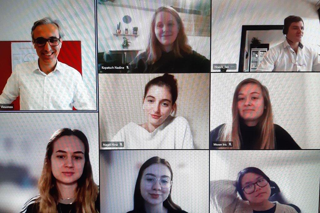 Studierende beim Online-Gastvortrag von Vincenzo Blando, Managing Director von HARIBO Austria