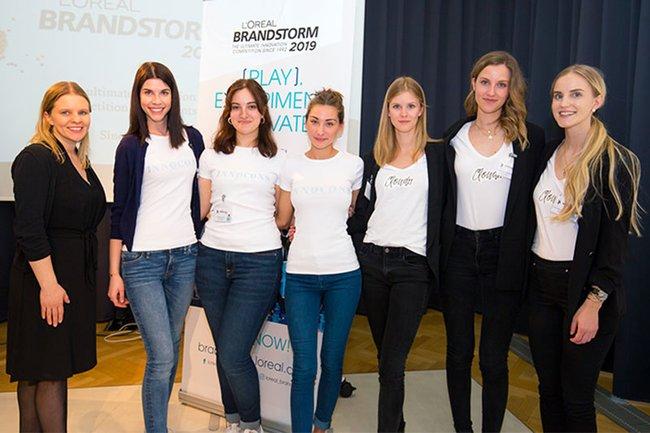 Carina Havlicek (links außen, Lehrende Media- und Kommunikationsberatung) zusammen mit den Studentinnen der Media- und Kommunikationsberatung beim Österreich-Finale des L'Oréal Brandstorms 2019.